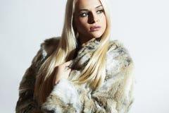 Schönheit im Pelz Schönes Mädchen lokalisiert auf weißem Hintergrund Blondes Mädchen der Schönheit Lizenzfreies Stockfoto