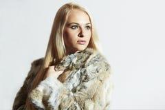 Schönheit im Pelz Schönes Mädchen lokalisiert auf weißem Hintergrund Schönheits-blondes Mädchen im Kaninchen-Pelz-Mantel Lizenzfreie Stockbilder