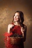 Schönheit im roten Kleid, das Korb hält Lizenzfreies Stockbild