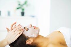 schönheit Schönheit im Schönheits-Salon mit Gesichtsmaske Lügen auf den Massage-Tabellen Reine und frische Haut Zutreffen des tra stockfotos