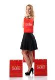 Schönheit im schwarzen Kleid mit Verkaufstaschen Stockbilder
