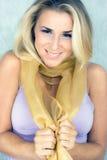 Schönheit im silk Schal Lizenzfreie Stockfotografie