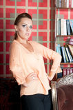 Schönheit im Studio, Luxusart Beige Bluse Stockbild