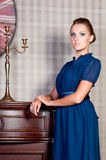 Schönheit im Studio, Luxusart Blaues kurzes Kleid Lizenzfreies Stockfoto