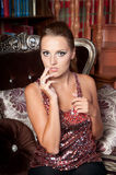 Schönheit im Studio, Luxusart Rote helle Spitze Lizenzfreie Stockfotos