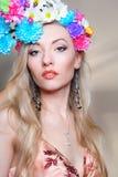 Schönheit im Studio mit einem Kranz von Blumen auf ihr er Stockbild