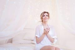 Schönheit im trinkenden Kaffee des Schlafzimmers Ein Mädchen hält Schale, genießen ein Getränk Quadratisches Getreide Lizenzfreies Stockfoto
