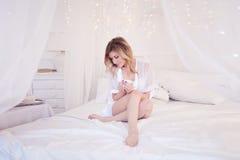 Schönheit im trinkenden Kaffee des Schlafzimmers Ein Mädchen hält Schale, genießen ein Getränk Quadratisches Getreide Lizenzfreies Stockbild