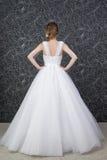 Schönheit im weißen Hochzeitskleid mit Korsett Stockfotos