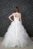 Schönheit im weißen Hochzeitskleid mit Korsett Lizenzfreie Stockfotos