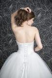 Schönheit im weißen Hochzeitskleid mit Korsett stockbild