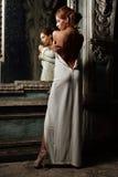 Schönheit im weißen Kleid mit nackter Rückseite. lizenzfreies stockbild