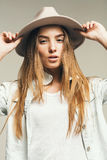 Schönheit im weißen T-Shirt und im Hut Lizenzfreie Stockfotos