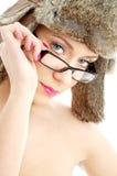 Schönheit im Winterhut und -brillen Lizenzfreies Stockfoto