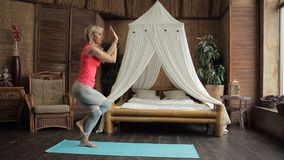 Schönheit ist in der yogic Position im Schlafzimmer der Wohnung stock video footage
