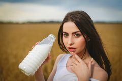 Schönheit ist Trinkmilch in der Landschaft Lizenzfreie Stockbilder