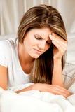 Schönheit, junge Frau mit Kopfschmerzen stockfotos