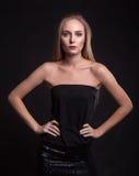 Schönheit kleidet in Mode über schwarzem Hintergrund Lizenzfreie Stockfotografie