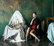 Schönheit kleidet reiche Brunettefrau in den Luxusnahen leeren Innenrahmen, tragende Mode, Lebensstilleutekonzept lizenzfreie stockfotos