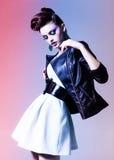 Schönheit kleidete den eleganten Punk, der im Studio aufwirft Stockfotos