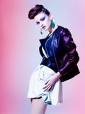 Schönheit kleidete den eleganten Punk, der im Studio aufwirft Lizenzfreies Stockfoto