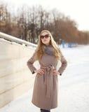 Schönheit kleidete einen Mantel und Sonnenbrille lizenzfreies stockfoto