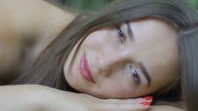 Schönheit liegt Kopf auf Händen schließt leichte weiche Frau der Augennahaufnahme im Bett stock video