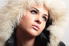 Schönheit in Mädchen hood.white fur.winter style.fashion Stockfotografie