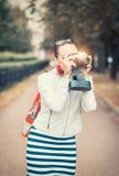 Schönheit mit alter Retro- Kamera Stockfotografie