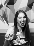 Schönheit mit ausdrucksvoll geöffnetem Mund Fettuccine essend lizenzfreies stockfoto