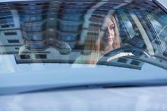 Schönheit mit Autofahren Lizenzfreies Stockfoto