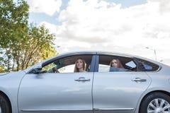 Schönheit mit Autofahren Lizenzfreie Stockfotos