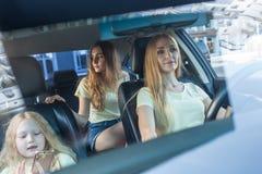 Schönheit mit Autofahren Lizenzfreies Stockbild