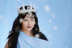 Schönheit mit blauem Kleid und dem Schneien Lizenzfreies Stockfoto