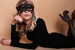 Schönheit mit blondem gelocktes Haar- und Abendmake-up, trägt elegantes Kleid Lizenzfreie Stockfotografie