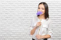 Schönheit mit Blume Stockfoto