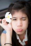 Schönheit mit Blume auf ihrer Hand stockfotos