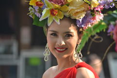 Schönheit mit Blumen-Krone Stockfotografie
