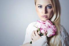 Schönheit mit Blumenstrauß von Flowers.Blond girl.roses Lizenzfreies Stockfoto