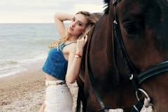 Schönheit mit dem blonden Haar, das mit Rappe aufwirft Lizenzfreies Stockfoto