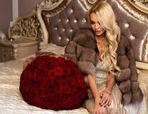Schönheit mit dem blonden Haar in der luxuriösen Kleidung, die mit aufwirft Lizenzfreie Stockfotos