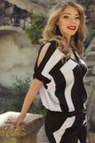 Schönheit mit dem blonden Haar im eleganten Kleid Lizenzfreie Stockfotos