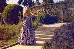 Schönheit mit dem blonden Haar im eleganten Kleid am Park Lizenzfreie Stockfotografie