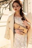 Schönheit mit dem dunklen Haar im eleganten beige Mantel lizenzfreie stockfotos
