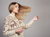 Schönheit mit dem Fliegenhaar im Winterpullover Blondes Mädchen der Schönheit Stockbilder