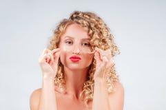 Schönheit mit dem gelockten blonden Haar stockfoto