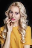 Schönheit mit dem gelockten blonden Haar und Abend richten her stockbild