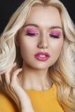 Schönheit mit dem gelockten blonden Haar und Abend richten her lizenzfreies stockbild