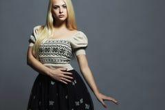Schönheit mit dem gesunden Haar im Kleid Blondes Mädchen der Schönheit Lizenzfreies Stockbild