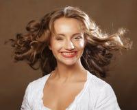 Schönheit mit dem herrlichen gelockten Haar Lizenzfreie Stockfotografie